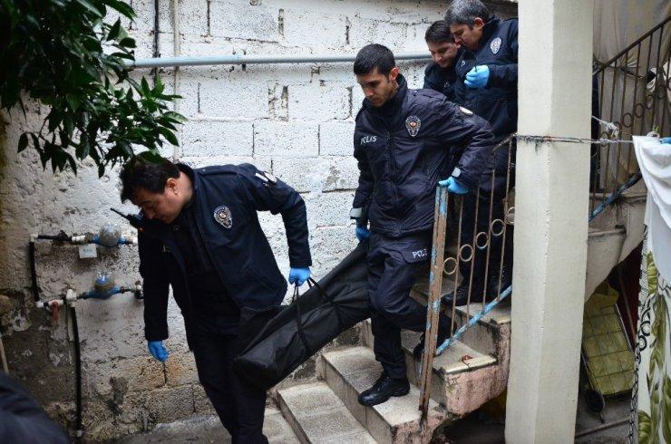 Kocası tarafından çekiç ve bıçakla öldürülen kadının cesedi adli tıpa kaldırıldı