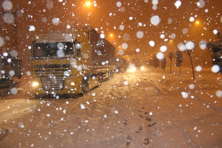 Konya'da okullar kar yağışından tatil oldu, yollar ulaşıma kapandı