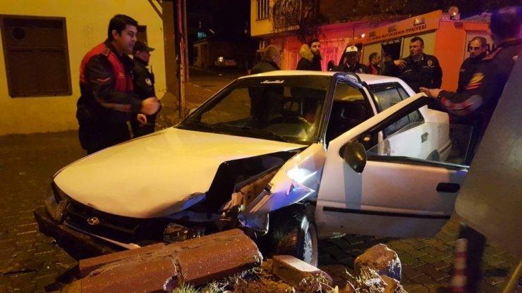 Ekipler kaza yapan otomobilde sıkışan şahsı kurtarmak için seferber oldu
