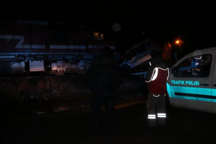 Trenle hafif ticari araç kafa kafaya çarpıştı:1 ölü 1 ağır yaralı