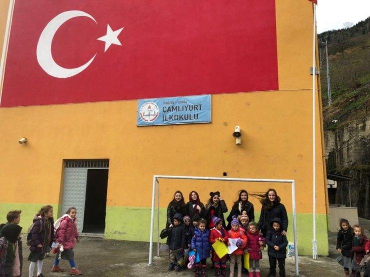 Trabzon Üniversitesi öğrencileri 'Mutlu Çocuklar İçin' sloganıyla köy okullarına destek oluyor
