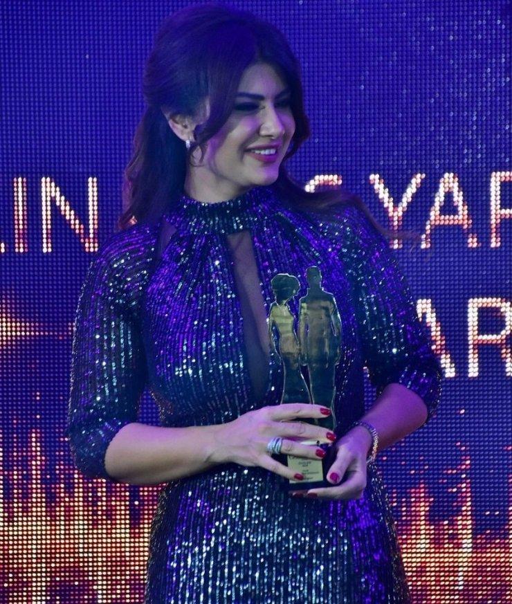 İzmirli ünlü modacı ödülünü aldı