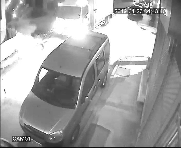 Sokak arasında devrilen kamyonet kamerada