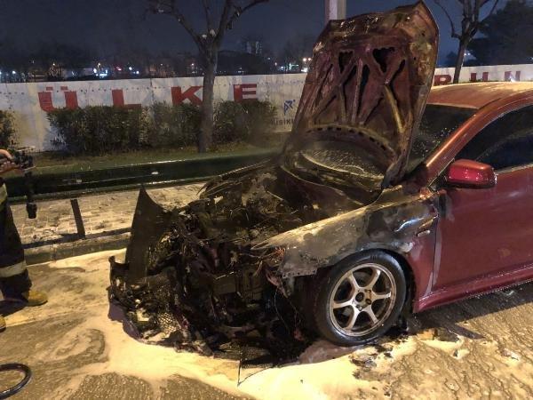 Bursa'da seyir halindeki otomobil yanarak hurdaya döndü
