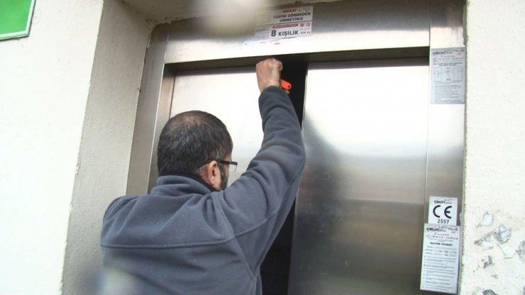 3 genç mahsur kaldıkları asansörde yarım saat kurtarılmayı bekledi