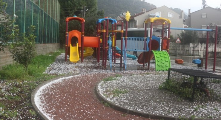 Dolu yağışı Marmaris'i beyaza bürüdü