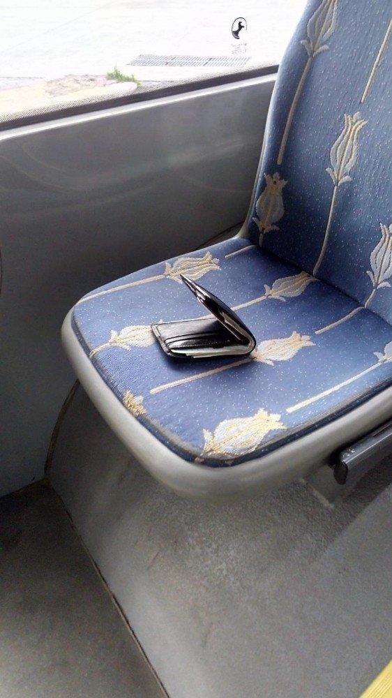 Halk otobüs sürücüsünün bulduğu cüzdan sahibine ulaştırıldı