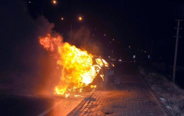 Köpeğe çarpmamak için kaldırıma çıkan otomobil alev alev yandı