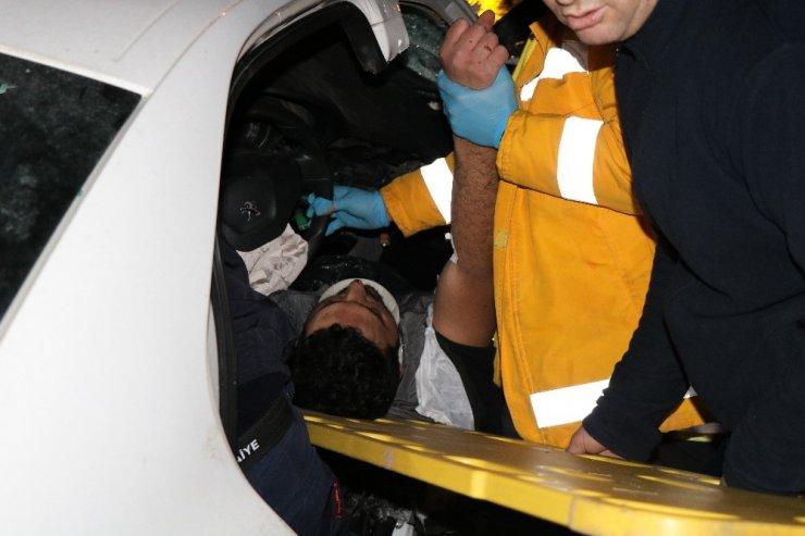TEM'de feci kaza: 2 kişi araç içinde sıkıştı