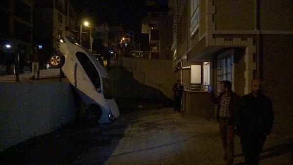 Hafif ticari araçla çarpışan otomobil, apartmanın otoparkına düştü
