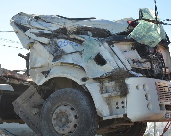 Konya'da kamyon şarampole devrildi: 4 yaralı