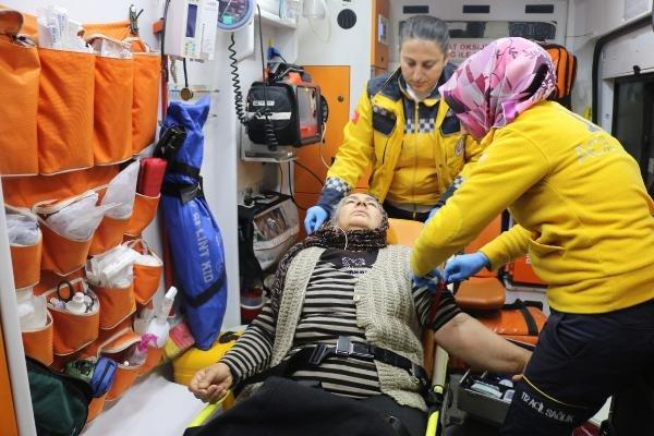Hasta kadın, yol açılarak hastaneye ulaştırıldı