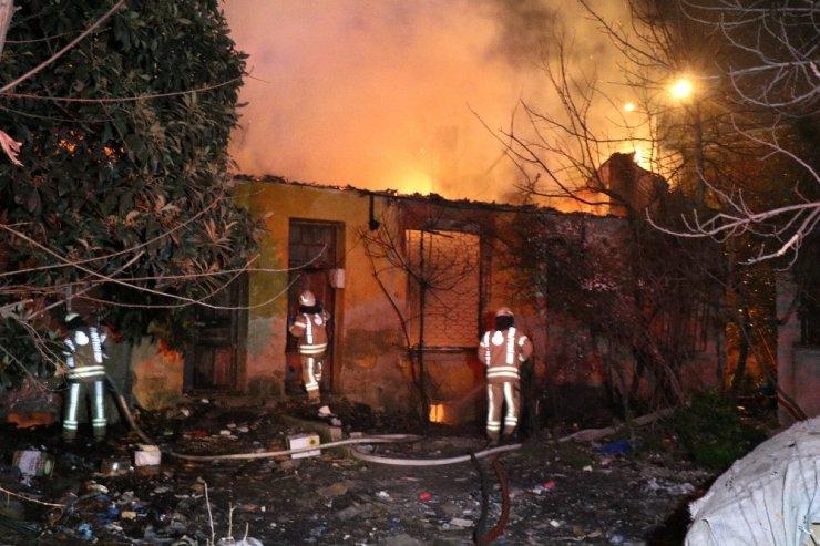 Kadıköy'de 4 metruk bina alev alev yandı.
