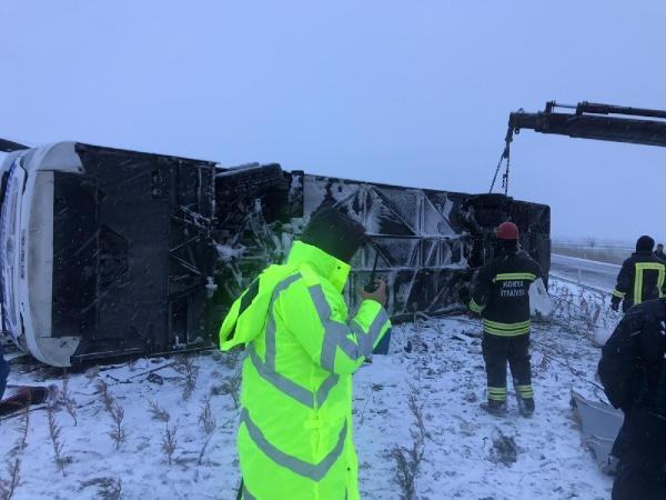 Konya'da günü sarsan feci kaza...Buzlu yolda otobüs devridi! 1 ölü 17 yaralı