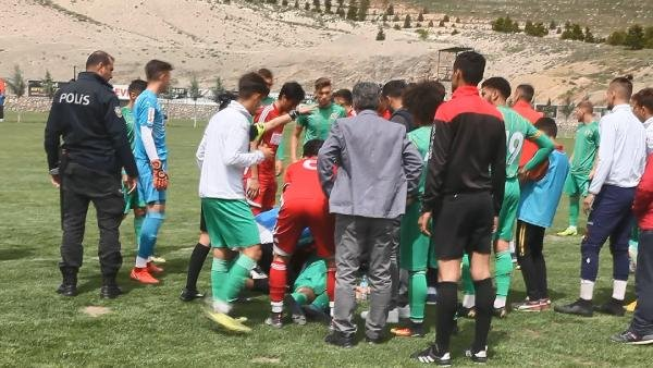 Genç futbolcu sahada top koştururken bir anda yere yığıldı
