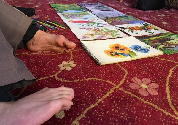 Ayağıyla çizdiği resimleri satıp, ailesine yardım etmek istiyor
