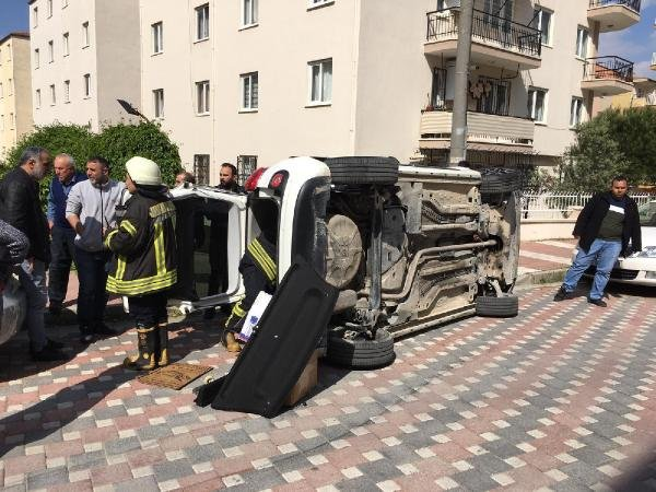 Park halindeki hafif ticari araca otomobil çarptı: 2 yaralı