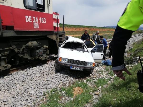 Hemzemin geçitte tren otomobile çarptı: 2 yaralı