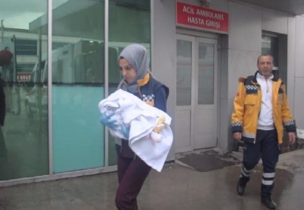 Otomobil bariyerlere çarptı; anne öldü, eşi ve bebeği yaralandı