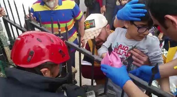 Eline korkuluk demiri saplanan çocuğu itfaiye kurtardı