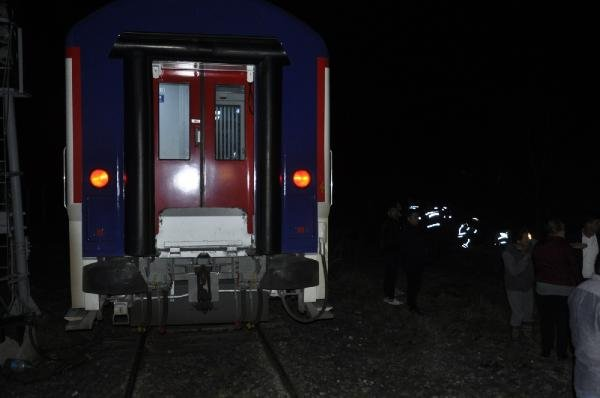 Tren hemzemin geçitte arızalanan otomobile çaptı