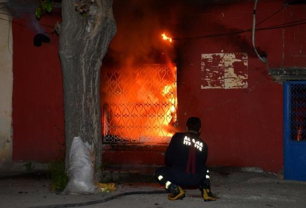 Evi ateşe verip, kendisini içeri kapattı