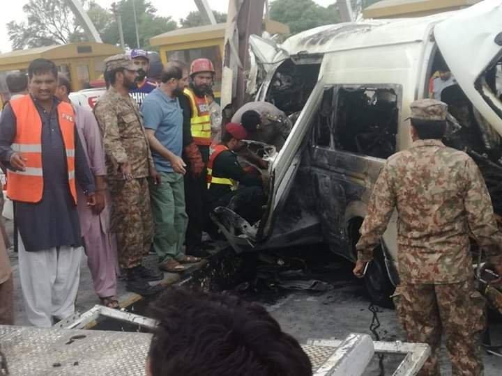 Pakistan'da duvara çarpan minibüsün benzin deposu patladı: 12 ölü, 6 yaralı