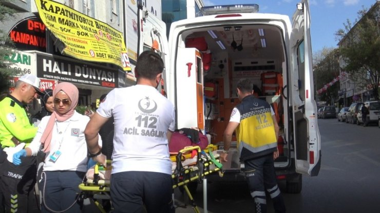 Karşıdan karşıya geçmeye çalışan kardeşlere otomobil çarptı: 2 yaralı