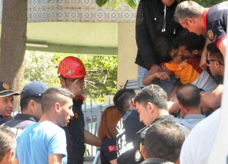 Bacağına demir saplanan çocuğu itfaiye kurtardı