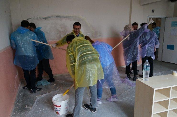 Ankara'dan gelip köy okulunu boyadılar