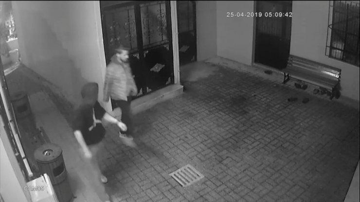 Cami derneğinin sadaka kutusunu çalan hırsızlar yakalandı