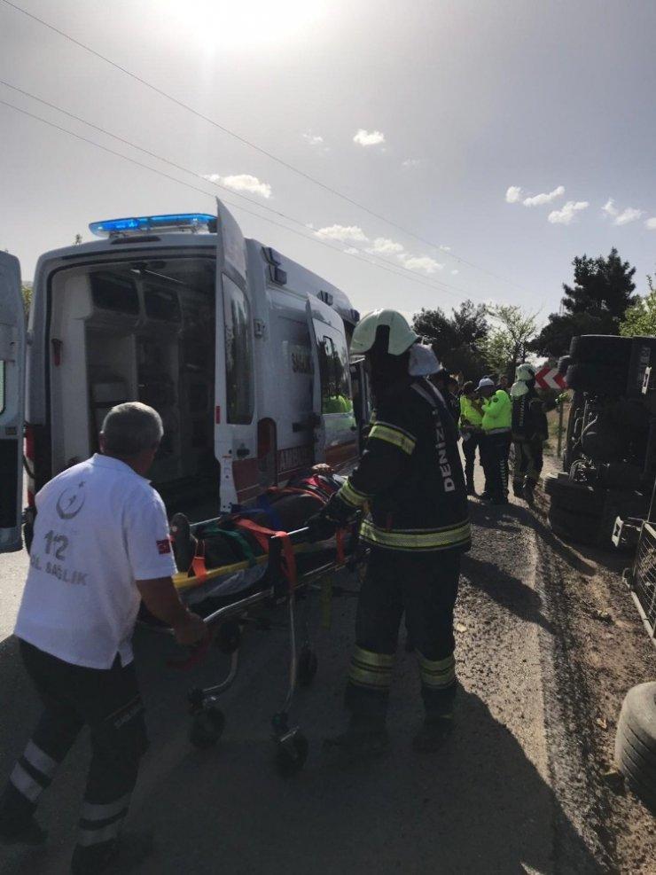 Tomruk yüklü tır devrildi 1 kişi yaralandı