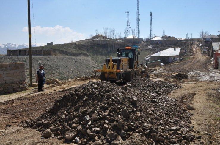 Yüksekova'da yol kumlama çalışması