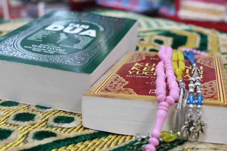 Ramazan ayı öncesi namaz kılmayı tarif eden seccade ve hatim duası seti yoğunluğu yaşanıyor
