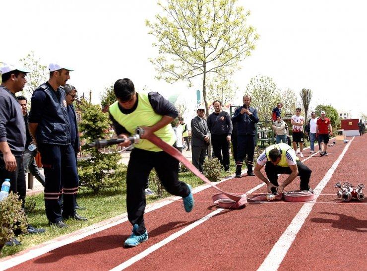 İtfaiyeciler birinci olabilmek için kıyasıya yarıştı