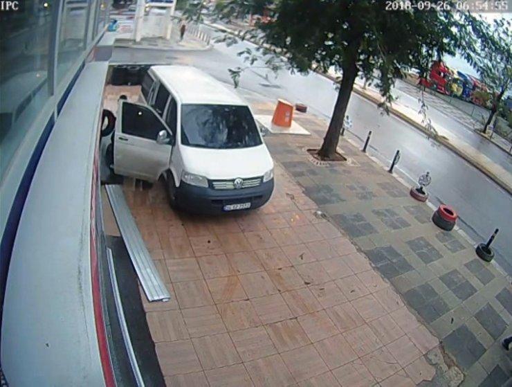 Güpegündüz yaşanan lastik hırsızlığı kamerada