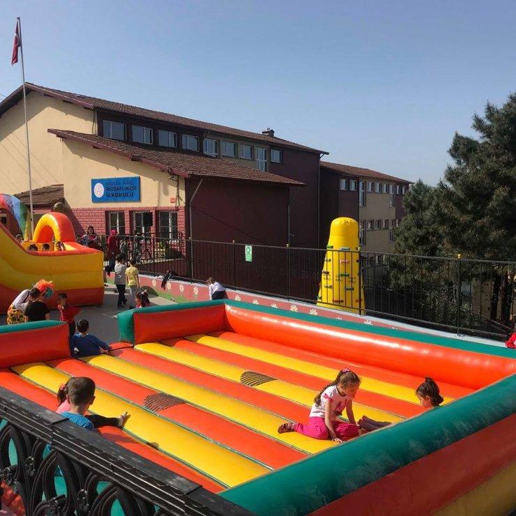 Öğrenciler okul bahçesine kurulan şişme oyun parkı ile eğlendiler