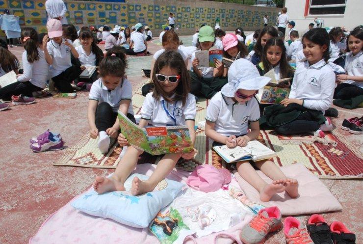 Güneşli havada kitap keyfi yaptılar