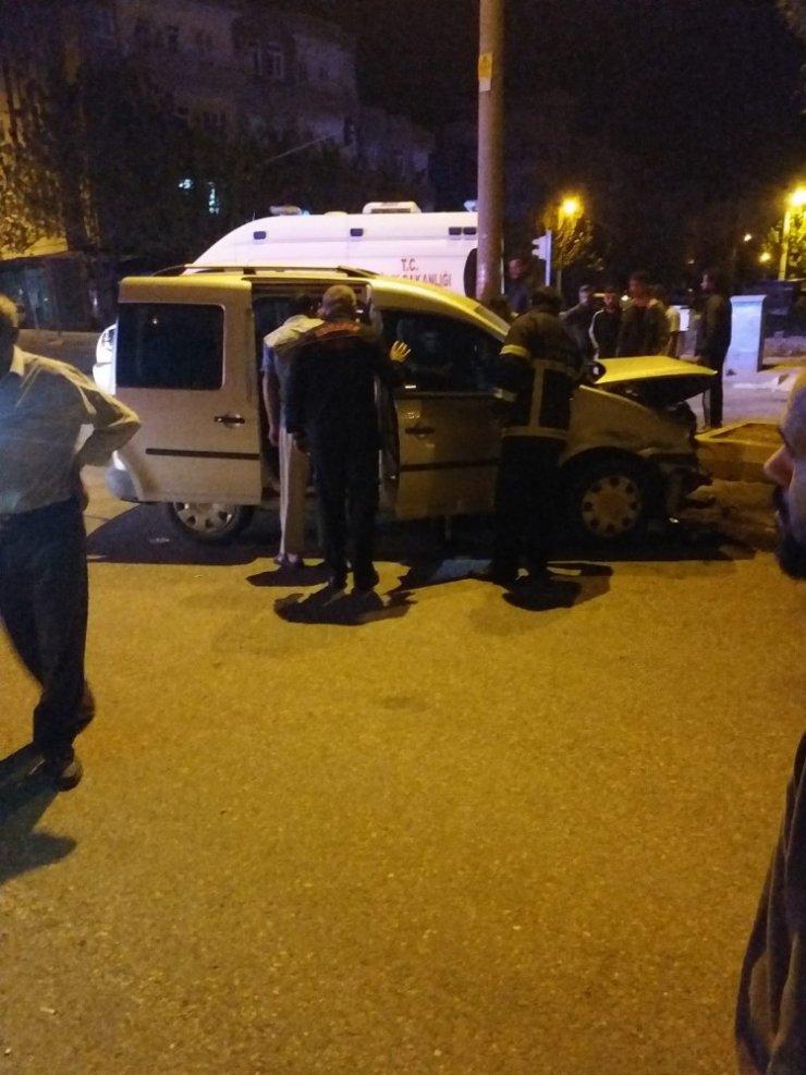 Alkollü sürücü ağaca çarptı: 3 yaralı
