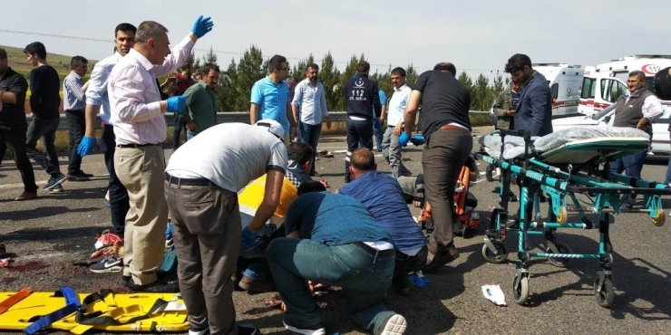 Kahramanmaraş'tan Şanlıurfa'ya 1 Mayıs İşçi Bayramı'na katılmak için gelen işçilerin bulunduğu otobüsün devrilmesi sonucu meydana gelen trafik kazasında ölü ve çok sayıda yaralının bulunduğu bildirildi. Bölgeye çok sayıda po