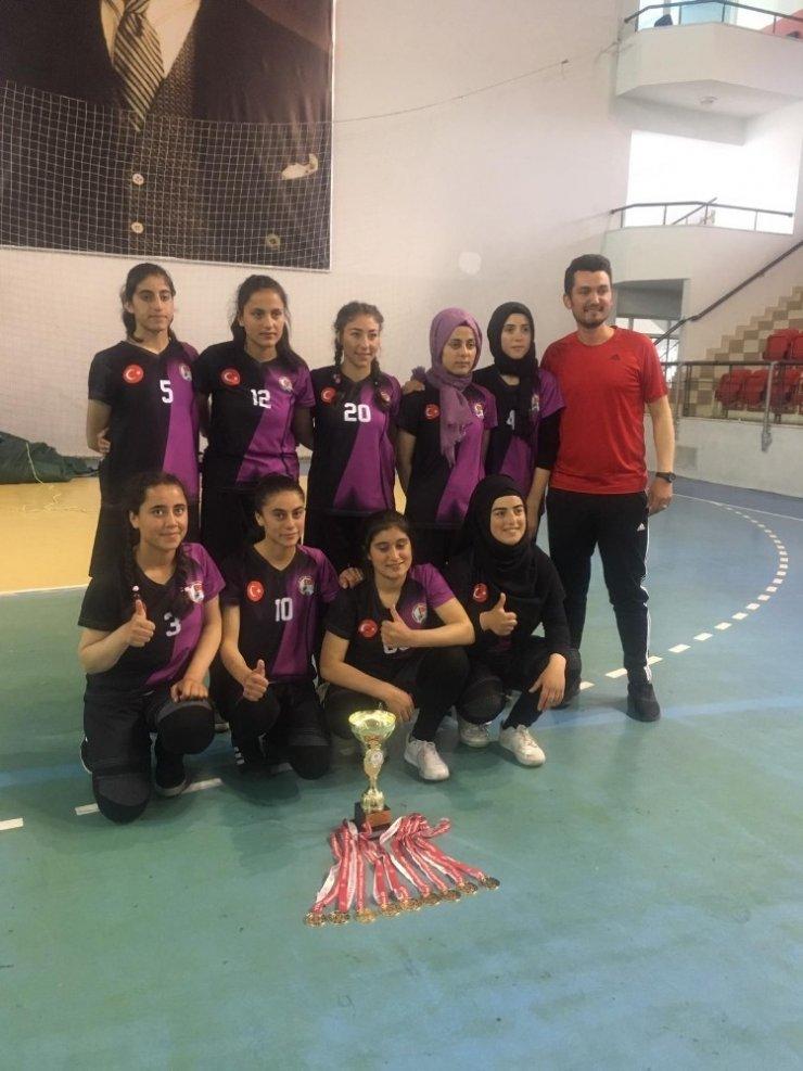 Özalplı kız öğrenciler Türkiye birincisi oldu