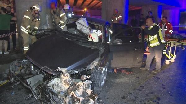 Otomobilde sıkışan iki kadını itfaiye kurtardı