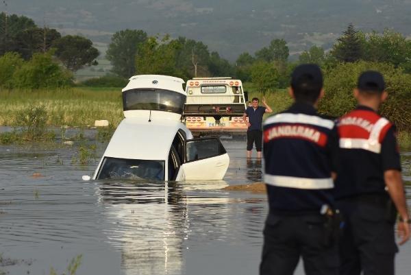 Yolu şaşıran sürücü baraja daldı