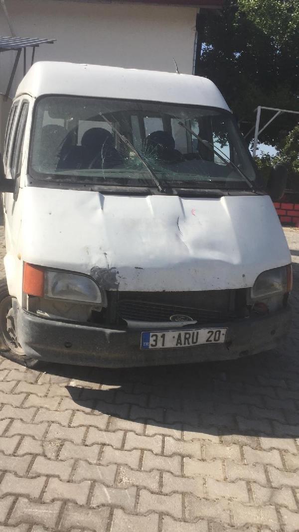 'Dur' ihtarına uymayan kaçakları taşıyan minibüs sürücüsü, jandarmaya çarptı