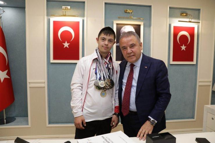 Başkan Böcek Milli sporcu Alperen Menç'i ağırladı