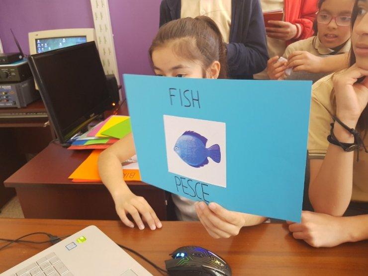 Kültür elçisi SPEAKY öğrencilere Türkçe öğretiyor