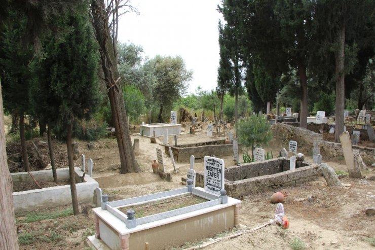 Germencik'te mezarlıklarda bayram temizliği