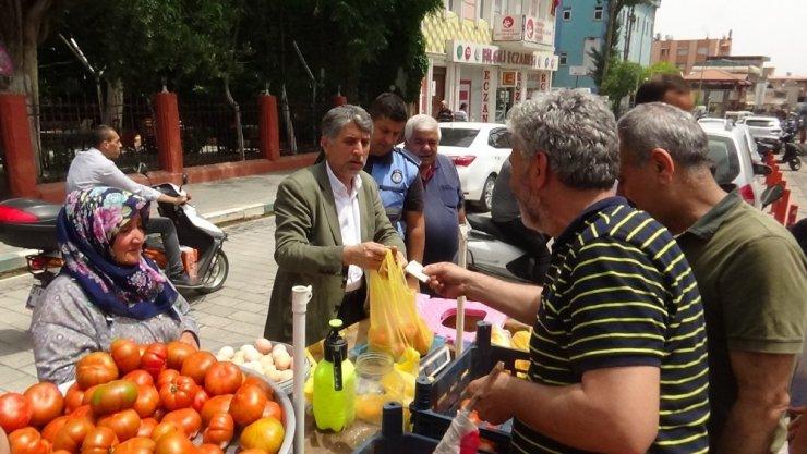 Seyyar satıcı eylem yaptı, domatesleri belediye başkanı sattı