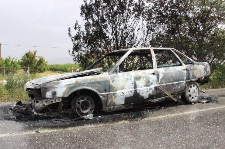 Seyir halindeyken alev alan otomobil demir yığınına döndü