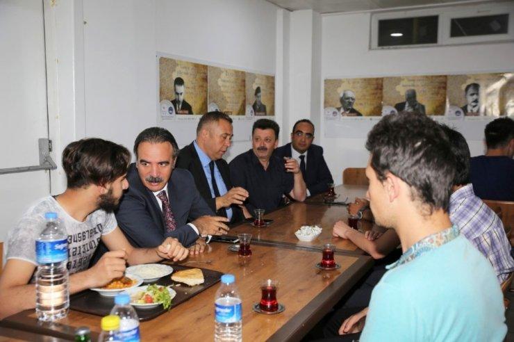 Rektör Bağlı öğrenci yurdunda iftar yaptı